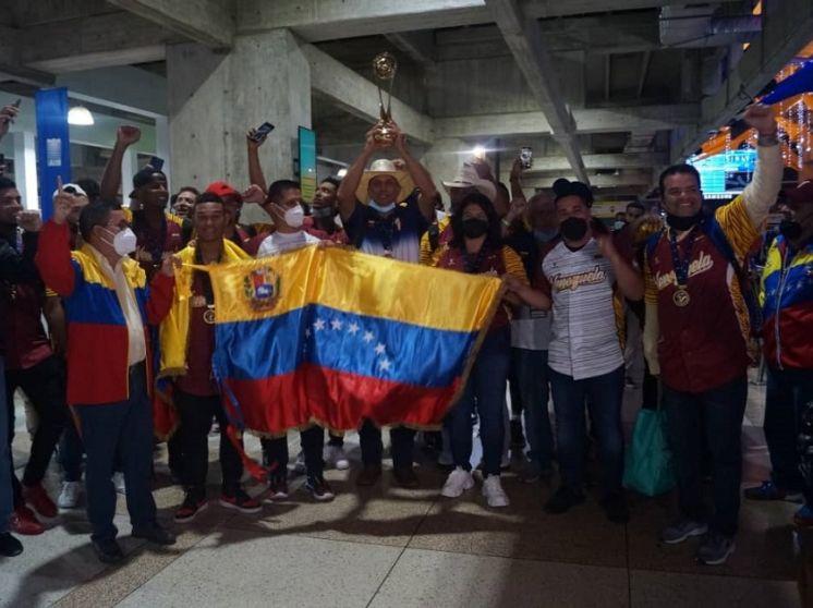 Los campeones mundiales Team Beisbol Venezuela Sub23 llegaron a casa